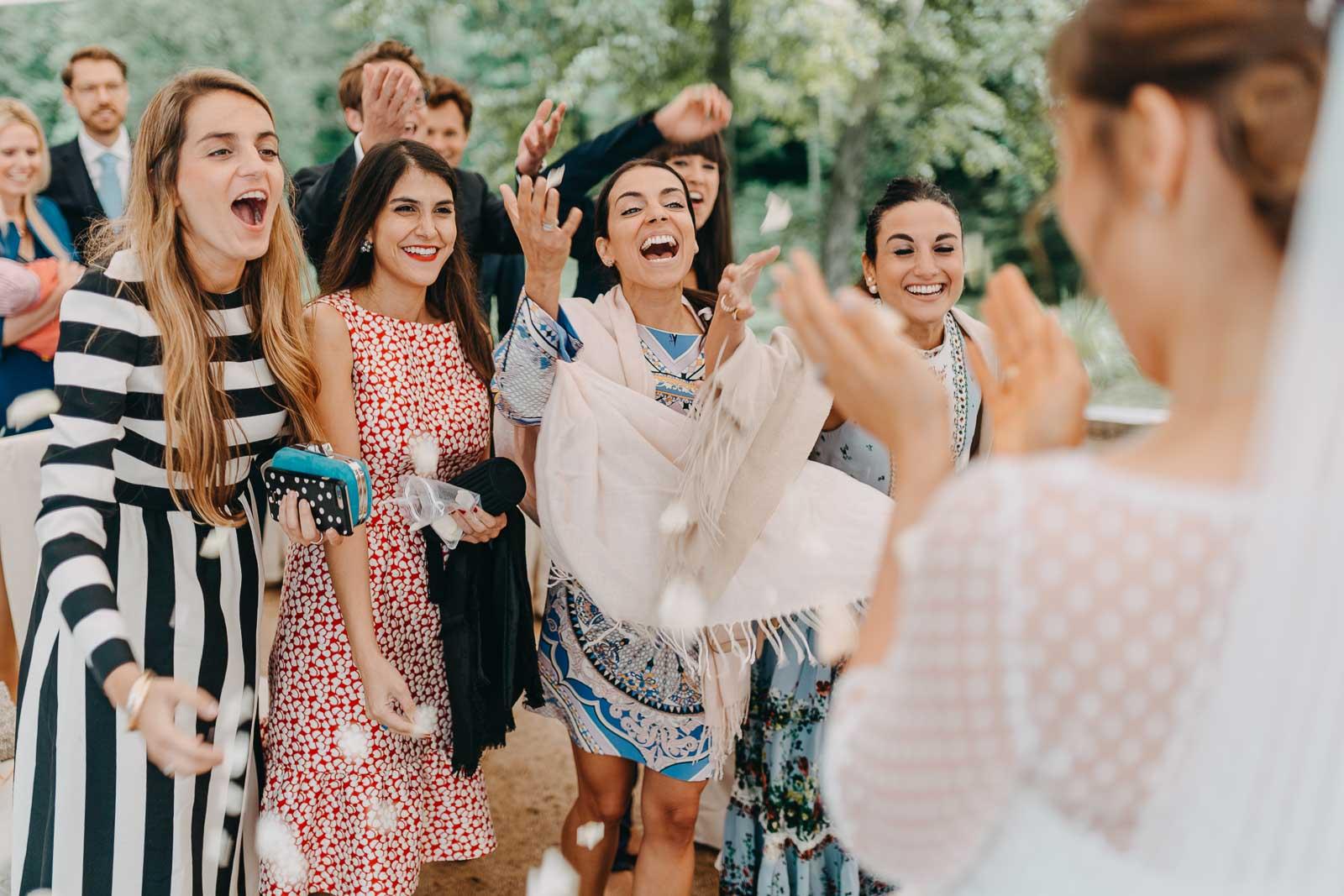 Hochzeitsfotograf Reutlingen Momente Freude Mädchen Blumen